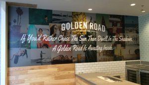 Impresión gran formato de panel decorativo en restaurante y simulación de textura de madera
