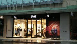 Impresión gran formato. Rótulos luminosos de tienda de moda Hugo Boss