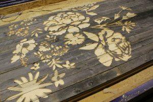 Fresado de madera con motivos florales.