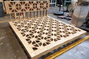 Fresado de panel de madera con motivos y ensamblajes.