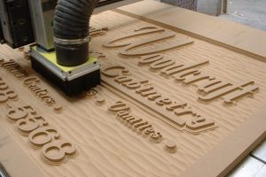 Fresado en madera para rótulo de comercio