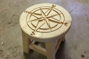 Fresado del del asiento de un taburete de madera