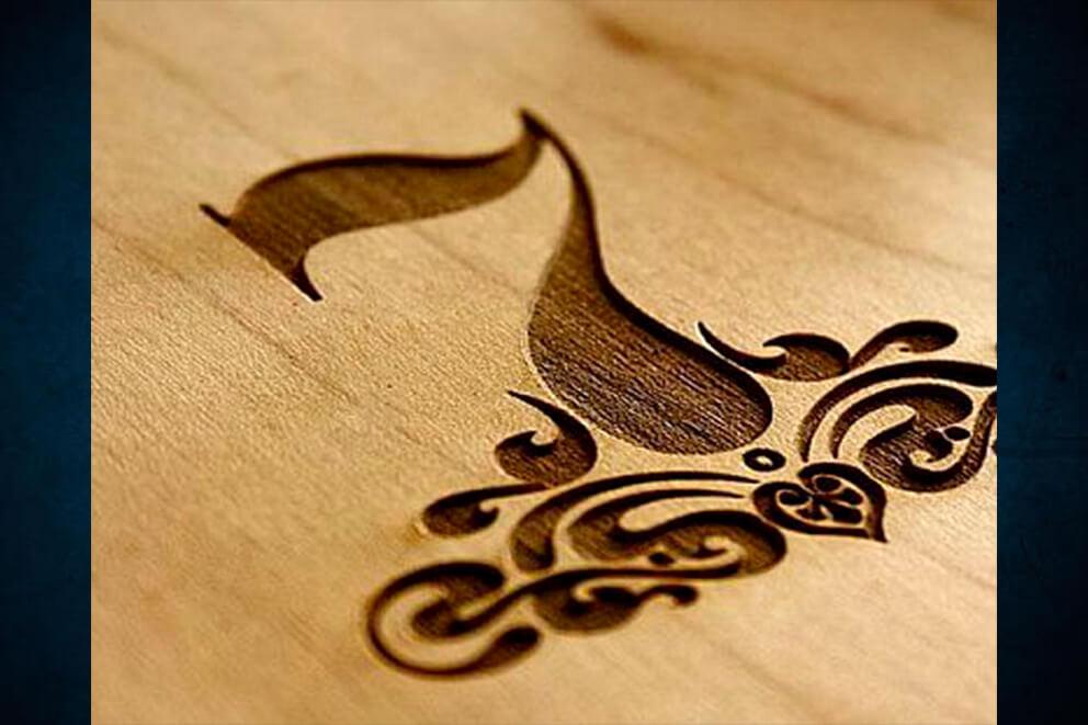 Grabado láser en madera con mucho detalle para barrica de vino