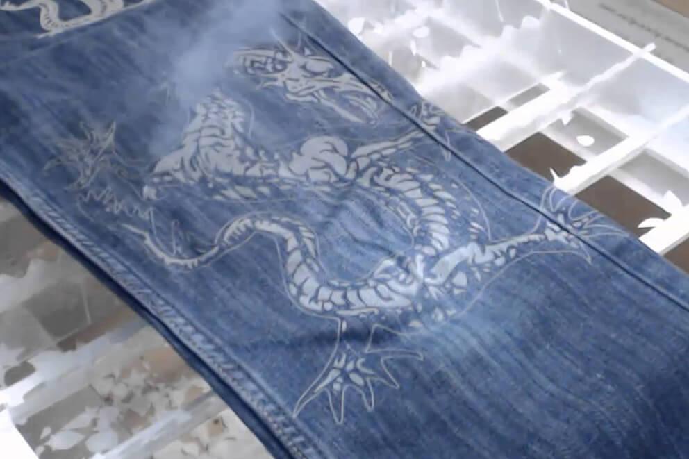 Grabado láser sobre tela vaquera de dragón